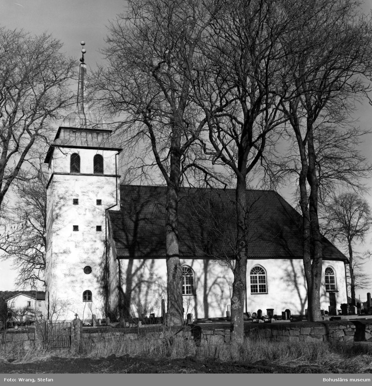 """Text till bilden:""""Bro kyrka""""."""