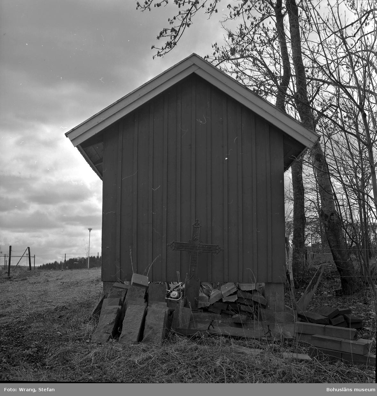 """Text till bilden: """"Krokstads kyrka. Cykelstall, öster om kyrkan. Smideskors från 1800-talet""""."""