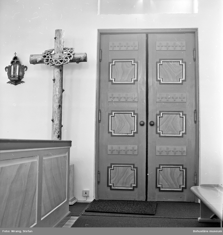 """Text till bilden: """"Tanums kyrka. Södra ingången. Korskulptur från altaruppsatsen, 1854""""."""