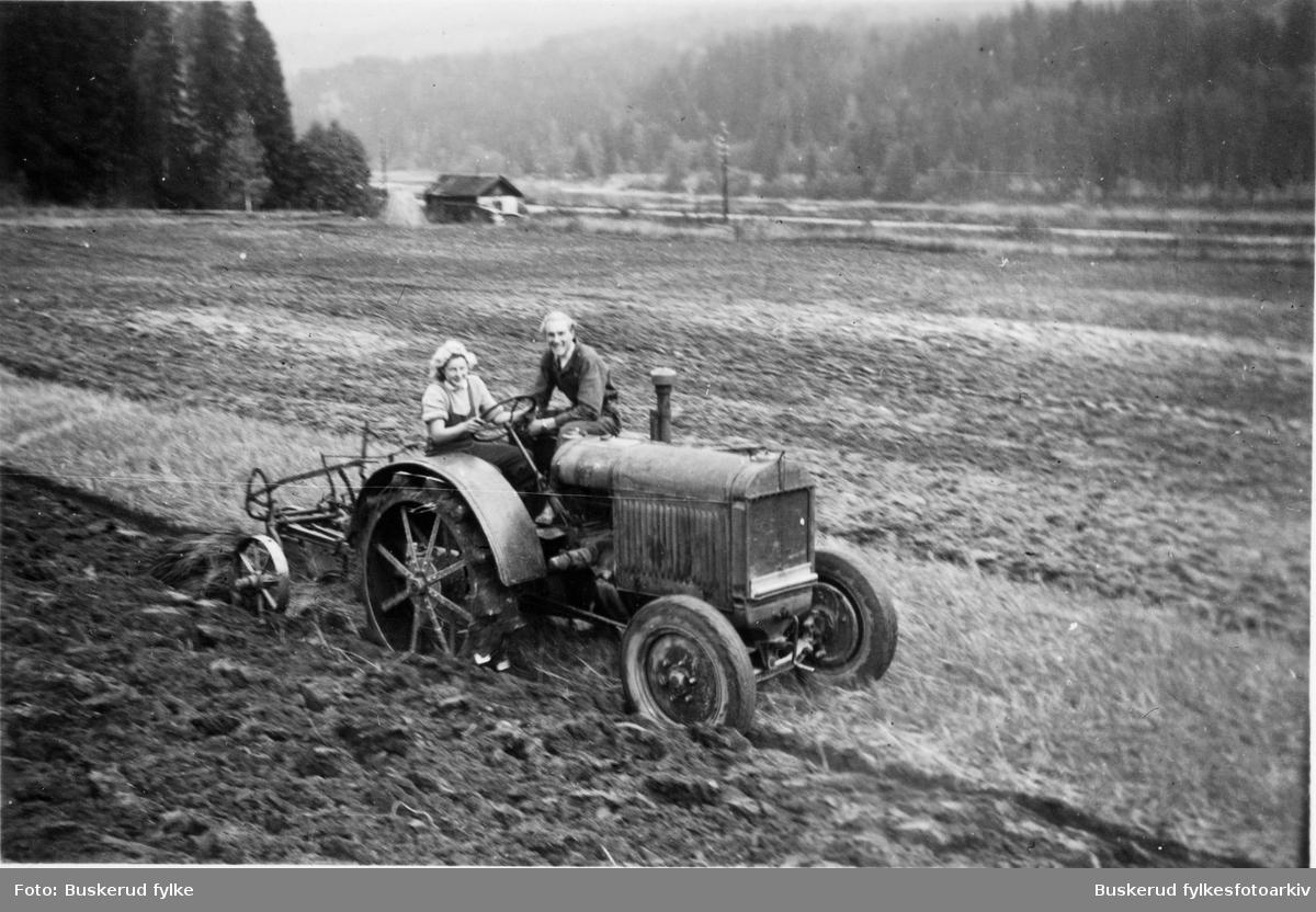 Buskerud gård landbrukskole Jentene fikk også opplæring i traktorkjøring. Her instrueres  det i slepeplog. Traktoren er en Porat internasjonal. Instruktør er agronom Nils Johan Heieren, eleven er Berit Gridaker