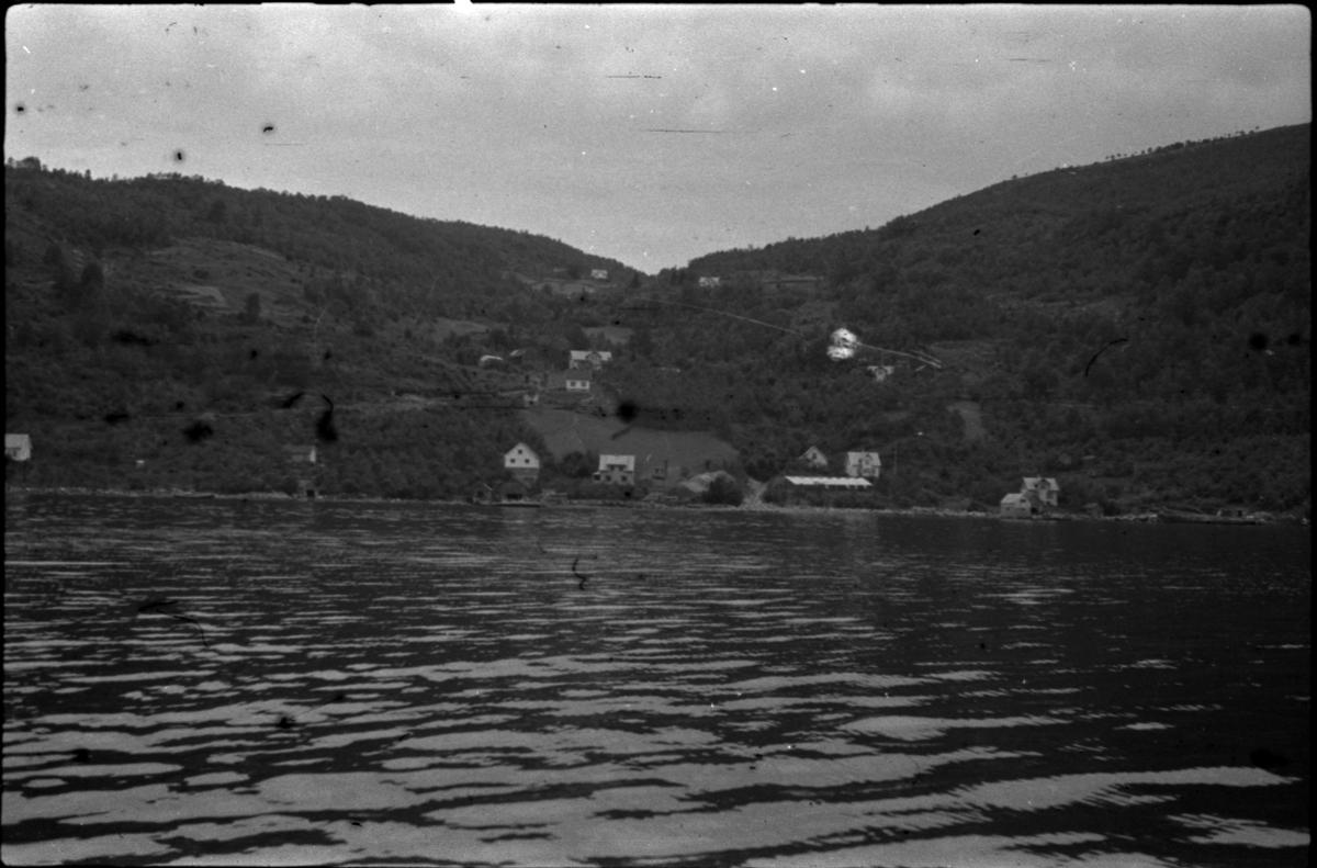 Johannes Aukland med familie på Skår, Ombo samt en gård, antageligvis tilhørende Aukland-familien. Det er også bilder av Otto Auklands barn (bilde nr. 10 og 11), og Johannes Auklands familie og venner (bilde nr. 12 og 13).