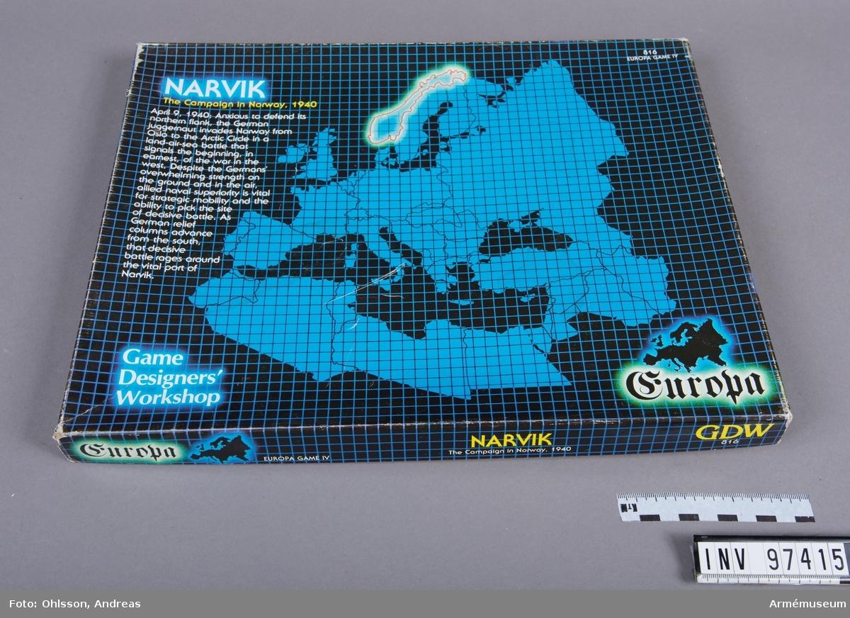 Spelet består av en karta över Norge och delar av Sverige i två delar med hexagonmönster, en tärning, tre plastaskar med cirka 800 spelmarkeringar i form av små pappkvadrater i grönt, vitt, svart, orange, blått och brunt med olika siffror, bokstäver och symboler, samt några häften och lösa blad med spelinstruktioner, tabeller och diagram.