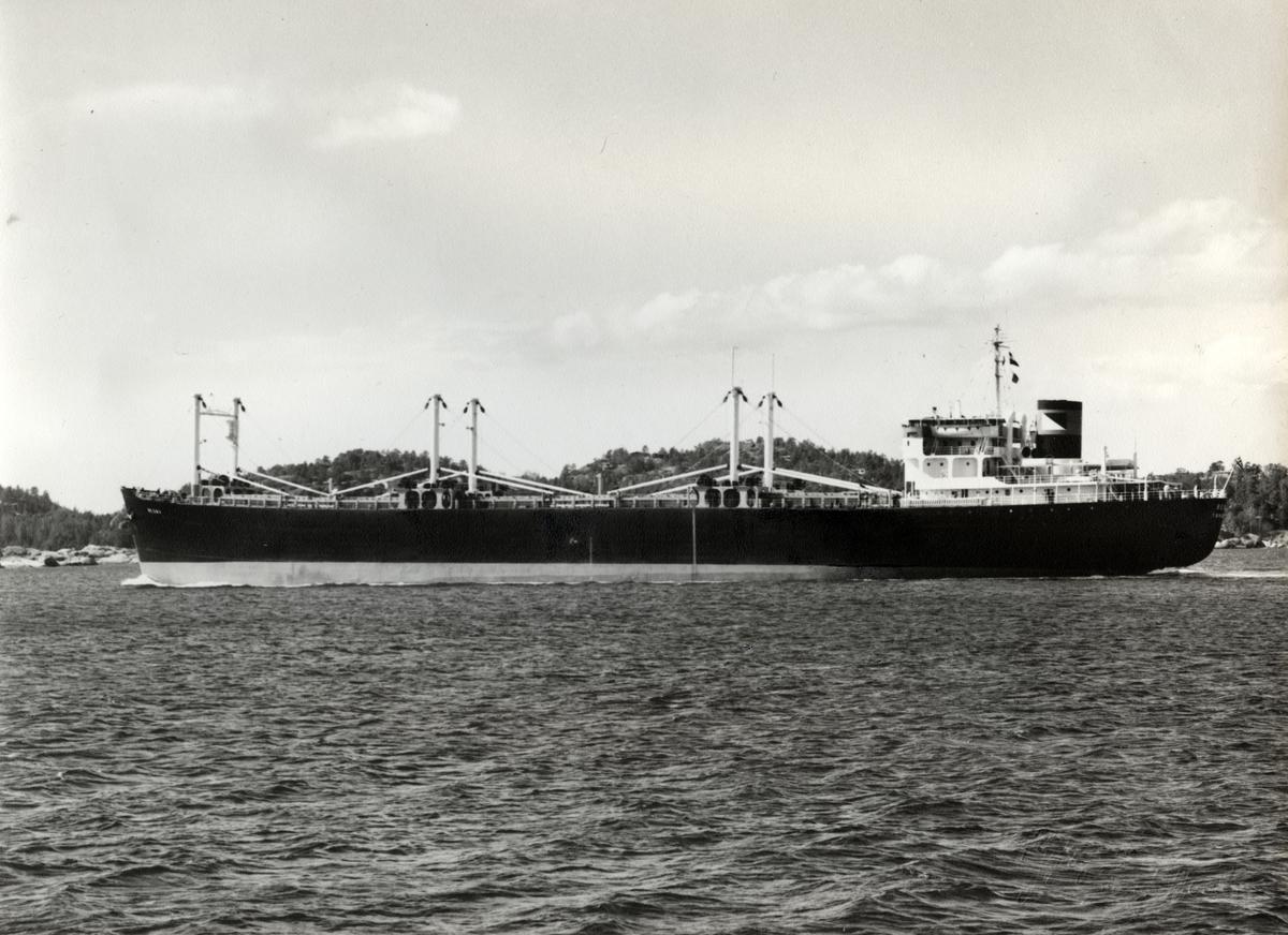 M/S 'Besna' (b.1948/1950) i profil, etter ombyggingen i april 1969, på vei ut Sandefjordsfjorden