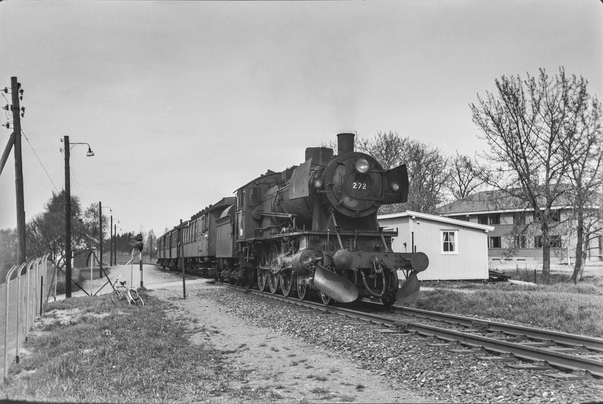 Forstadstog 1726 fra Trondheim til Støren på Stavne holdeplass. Toget trekkes av damplokomotiv type 30a nr. 272.