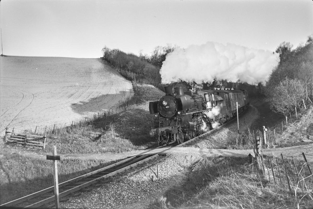 Dagtoget fra Trondheim til Oslo Ø over Røros, hurtigtog 302. Toget trekkes av damplokomotiv type 26c nr. 411.
