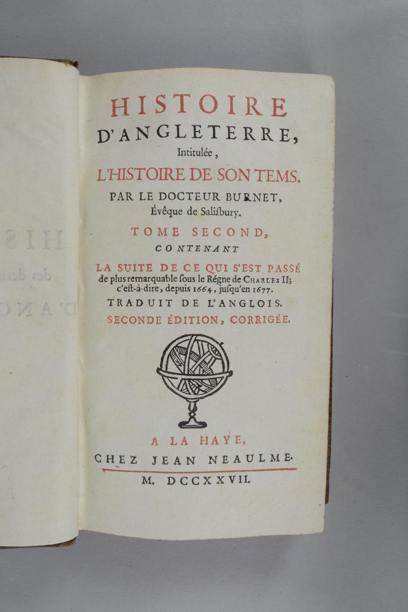 """Bok, helfranskt band """"Histoire d´Angleterre"""" del 2, upplaga 2, skriven av Burnett, tryckt i Haag 1727. Skinnband med blindpressad och guldornerad rygg i fem upphöjda bind, titelfält med blindpressad titel, fält med volymens nummer och påklistrad pappersetikett. Med rödstänkt snitt."""