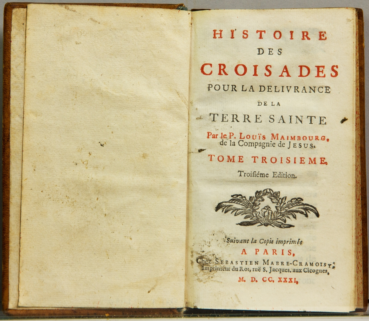 """Bok, helfranskt band, """"Histoire des croisades pour la delivrance de la terre sainte"""", del III, skriven av Louis Maimbourg, utgiven i Paris hos Sebastien Mabre-Cramoisy 1731. Skinnband med blindpressad och guldornerad rygg i fyra upphöjda bind, titelfält med blindpressad titel , fält med volymens nummer, ett fält med ägarens initialer samt påklistrad pappersetikett. Med rödstänkt snitt."""