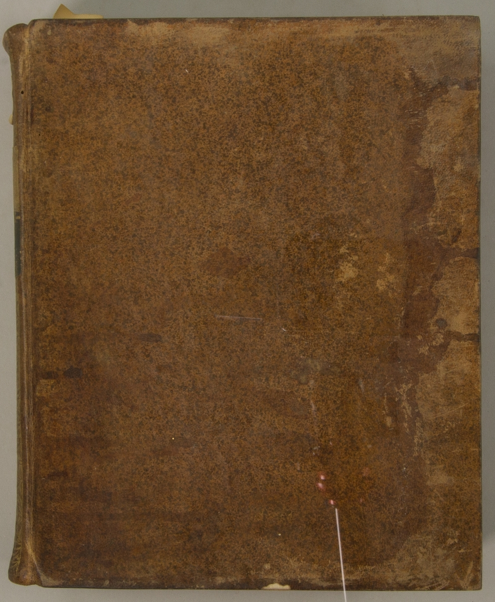"""Bok, helfranskt band """"Descriptions des arts et métiers"""" ny upplaga, vol. XII, med planscher, utgiven av J.E. Bertrand och tryckt i Neuchatel 1780.   Bandet med blindpressad och guldornerad rygg, titelfält med blindpressad titel och ett mörkare fält med volymens nummer. Pärmens insida klädd med marmorerat papper. Med rött snitt. Påklistrad etikett märkt med bläck """"No 3."""""""
