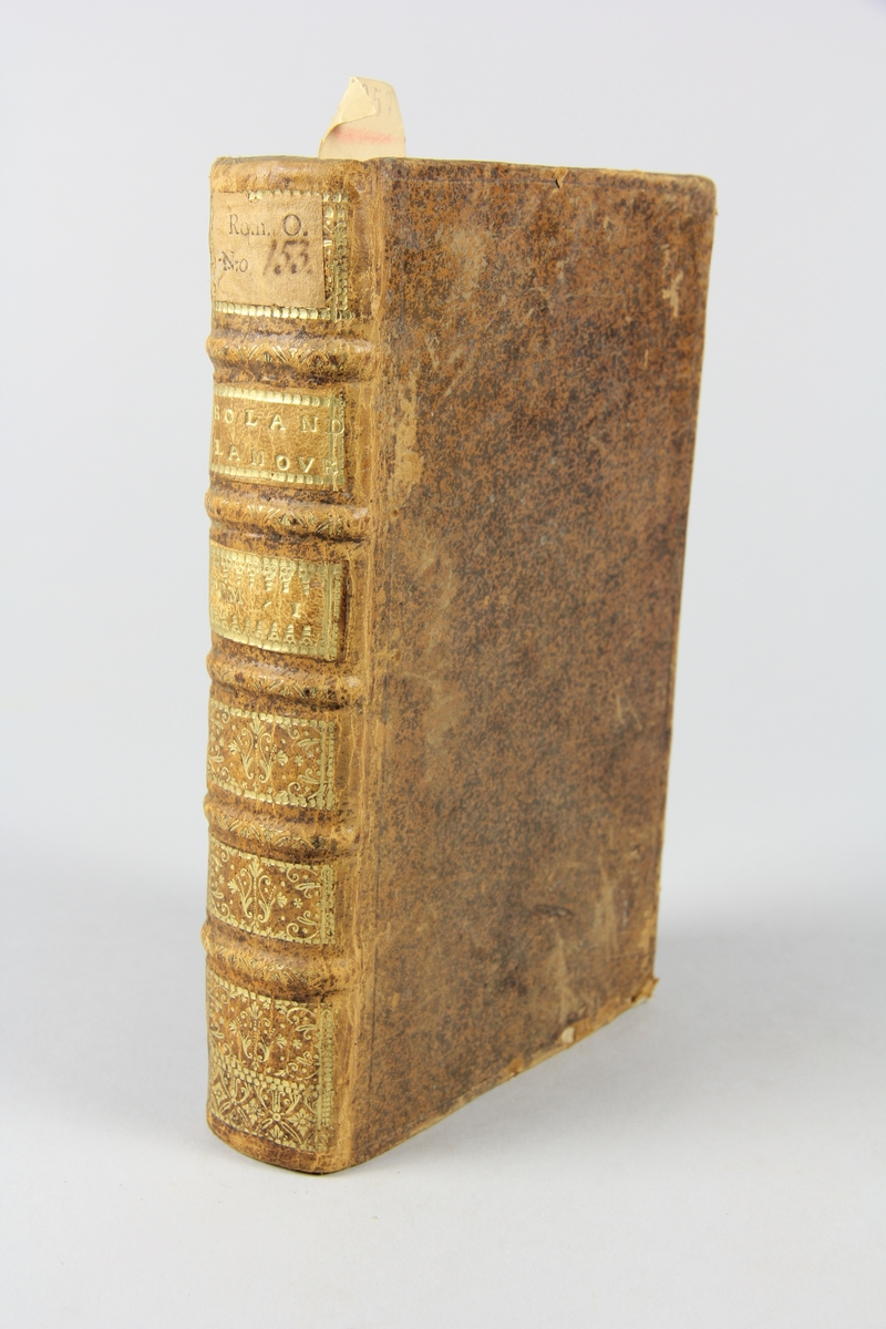 """Bok, helfranskt band, """"Roland l´amoureux"""", del 1, tryckt i Paris 1721. Skinnband med rygg i fem upphöjda bind med guldpressad dekor, titelfält med blindpressad titel och fält med volymens nummer, rött snitt. Marmorerat papper på pärmarnas insida. Påklistrad pappersetikett med samlingsnummer. Illustrerad med kopparstick. Anteckning om inköp."""