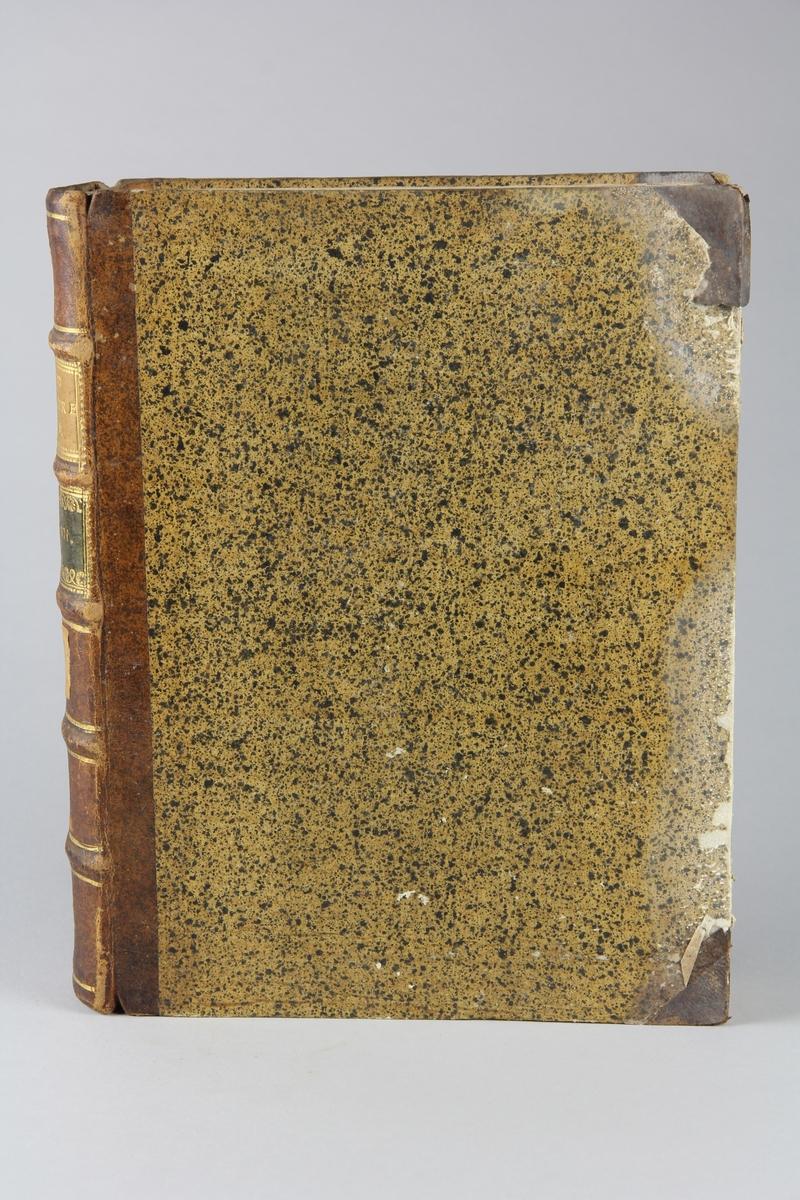 """Bok, halvfranskt band """"Le grand vocabulaire francois ... par une société de gens de lettres"""", del 17, utgiven i Paris 1771. Band med pärmar av papp med påklistrat stänkt papper, hörn och rygg av skinn med fem upphöjda bind med guldpräglad dekor, titelfält med blindpressad titel och ett mörkare fält med volymens nummer. Med stänkt snitt. Påklistrad etikett märkt med bläck """"No 2."""""""