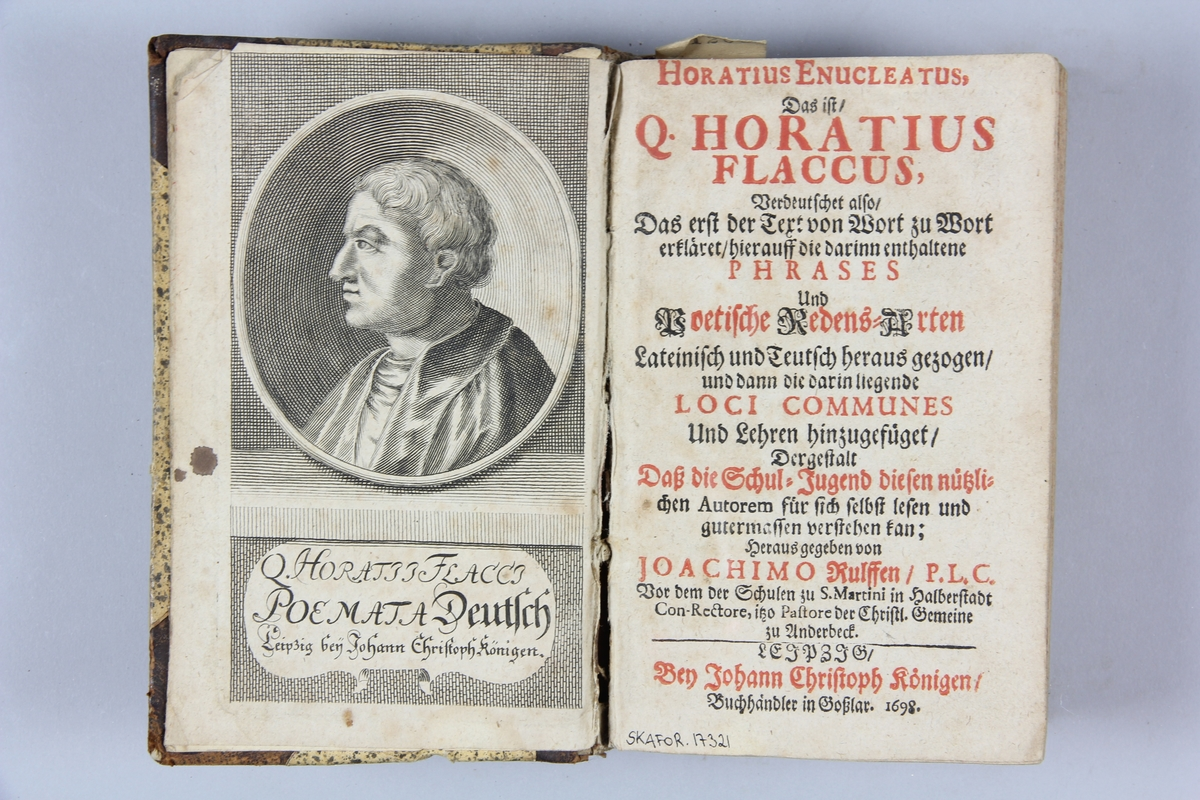 """Bok, halvfranskt band, """"Horatius enucleatus : das ist Q. Horatius Flaccus verdeutschet ..."""", skriven av Horatius, utgiven av Joachimo Rulffen, tryckt i Leipzig 1698. Band med pärmar av papp med påklistrat stänkt papper, hörn och rygg av skinn med tre upphöjda bind, stänkt snitt. Ryggen nött med rester av präglad dekor."""