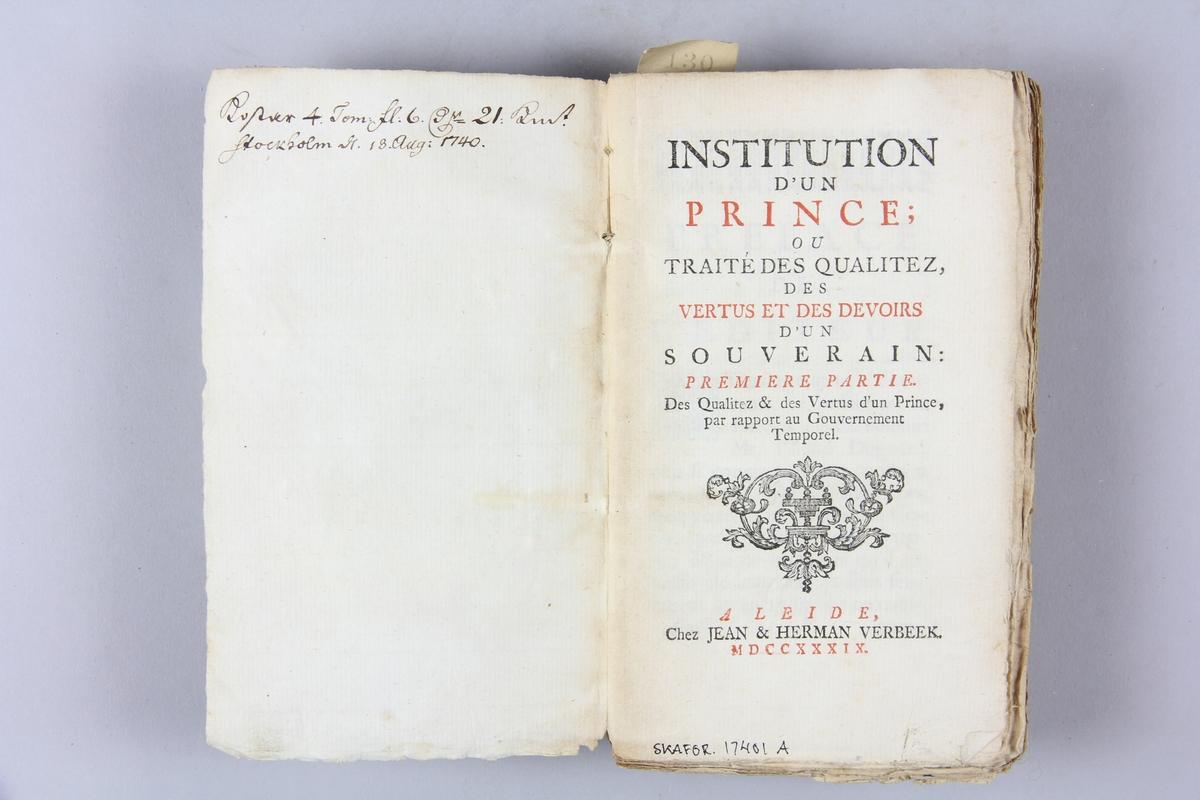 """Bok,  """"Institution d´un prince"""", del 1, tryckt 1739 i Leiden. Pärmar av marmorerat papper, blekt rygg med påklistrade etiketter med titel (svårläst) och samlingsnummer. Oskuret snitt. Anteckning om inköp."""