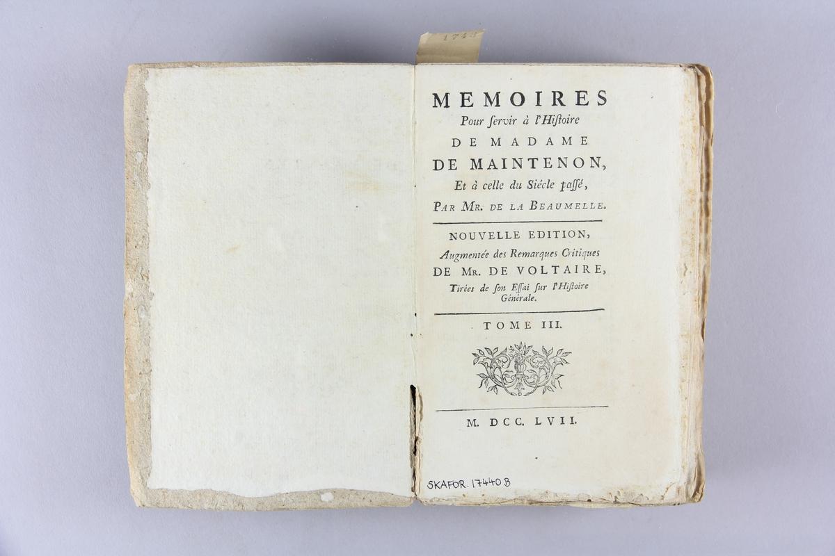 """Bok, pappband, """"Mémoires pour servir à l´histoire de madame de Maintenon"""", del 3-4. Pärm av gråblått papper, oskuret snitt."""