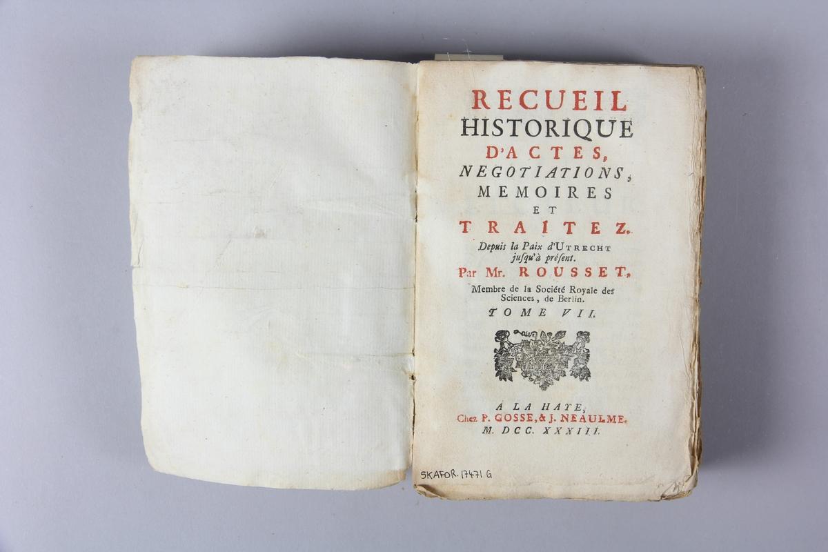 """Bok, häftad, """"Recueil historiques...depuis la paix d´Utrecht"""", del 7, tryckt 1733 i Haag. Pärm av marmorerat papper, oskuret snitt. Blekt rygg med etikett med titel och samlingsnummer."""