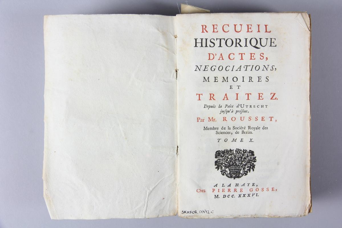 """Bok, häftad, """"Recueil historiques...depuis la paix d´Utrecht"""", del 10, tryckt 1736 i Haag. Pärm av marmorerat papper, oskuret snitt. Blekt rygg med etikett med titel och samlingsnummer."""