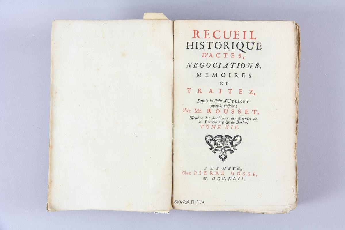 """Bok, pappband, """"Recueil historique d´actes, negotiations... depuis la paix d´Utrecht"""", del 14, tryckt 1742 i Haag. Marmorerade pärmar av papper, blekt rygg med etiketter med bokens titel, närmast utplånad, och samlingsnummer. Oskuret snitt, ej uppskuren."""