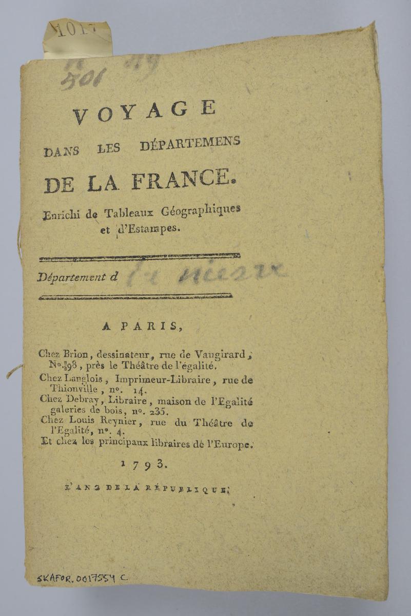 """Bok, häfte,""""Voyage dans les départemens de la France"""", bunt med 8 häften med beskrivningar över olika departement i Frankrike, utgivna 1793-1798 i Paris.  Häftena med omslag av brunt papper och tryckt text på omslaget, skurna snitt. Försättsbladen har påskrift med tusch: N:o 49 - 56. Med färglagda tryckta kartor och kopparstick.  Häftena nötta och skadade."""