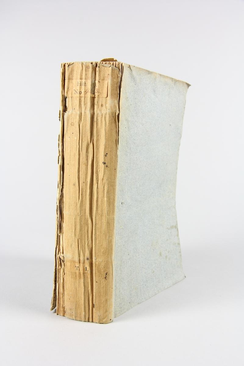 """Bok, pappband, """"Essai sur l´histoire des comices de Rome, des Etats-Generaux de la France et du parlement d´Angleterre, del 1, utgiven 1789 i Paris.  Pärmen klädd med gråblått papper, blekt rygg. Med oskurna snitt. På ryggen tryckt etikett med samlingsnummer. På pärmarnas insidor klistrade sidor ur annan bok."""