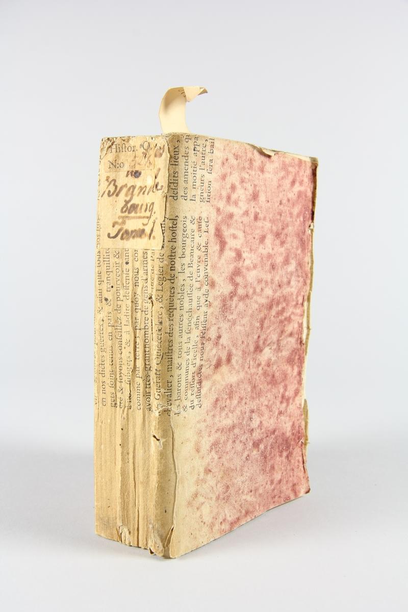 """Bok, häftad """"Mémoires pour servir a l´histoire"""", del 1, tryckt 1791 i Paris. Pärmen av rödmarmorerat papper med tryckt text. På ryggen  etikett med titel och samlingsnummer. Skuret snitt."""