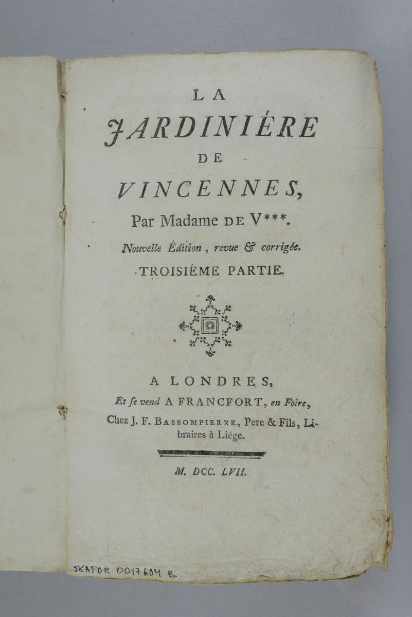 """Bok, pappband,""""La jardiniére de Vincennes"""", del 3, 4, 5,  tryckt 1757 i London. Pärm av gråblått papper, oskuret snitt. På ryggen pappersetikett med volymens namn och nummer. Ryggen blekt."""