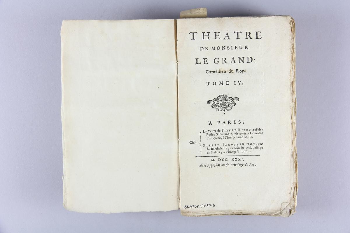 """Bok, häftad, """"Théâtre"""" del 4. Pärmar av marmorerat papper, oskuret snitt. Blekt rygg med titel och samlingsnummer.     ."""