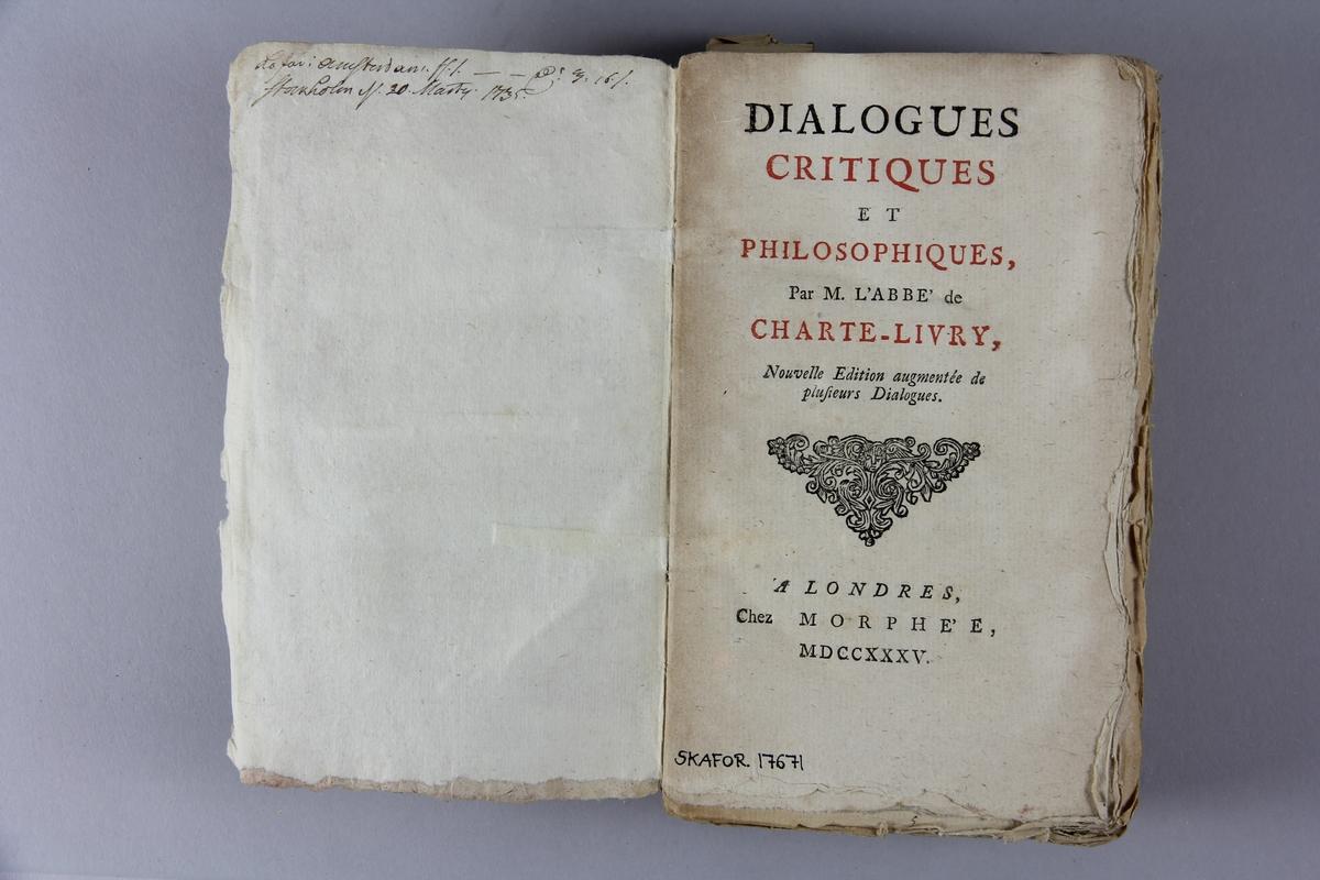 """Bok, häftad, Bok, häftad, """"Dialogues critiques et philosophiques"""", tryckt 1735 i London. Pärm av marmorerat papper, oskuret snitt. Blekt rygg med pappersetikett med volymens namn, oläsligt, och samlingsnummer. Anteckning om förvärv."""