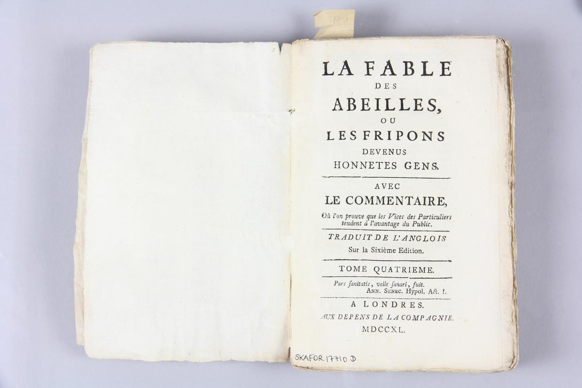 """Bok, häftad, """"La fable des abeilles, ou les fripons"""", del 4, tryckt i London 1740. Pärm av marmorerat papper, oskurna snitt. På ryggen klistrade pappersetiketter med volymens namn och samlingsnummer. Ryggen blekt."""
