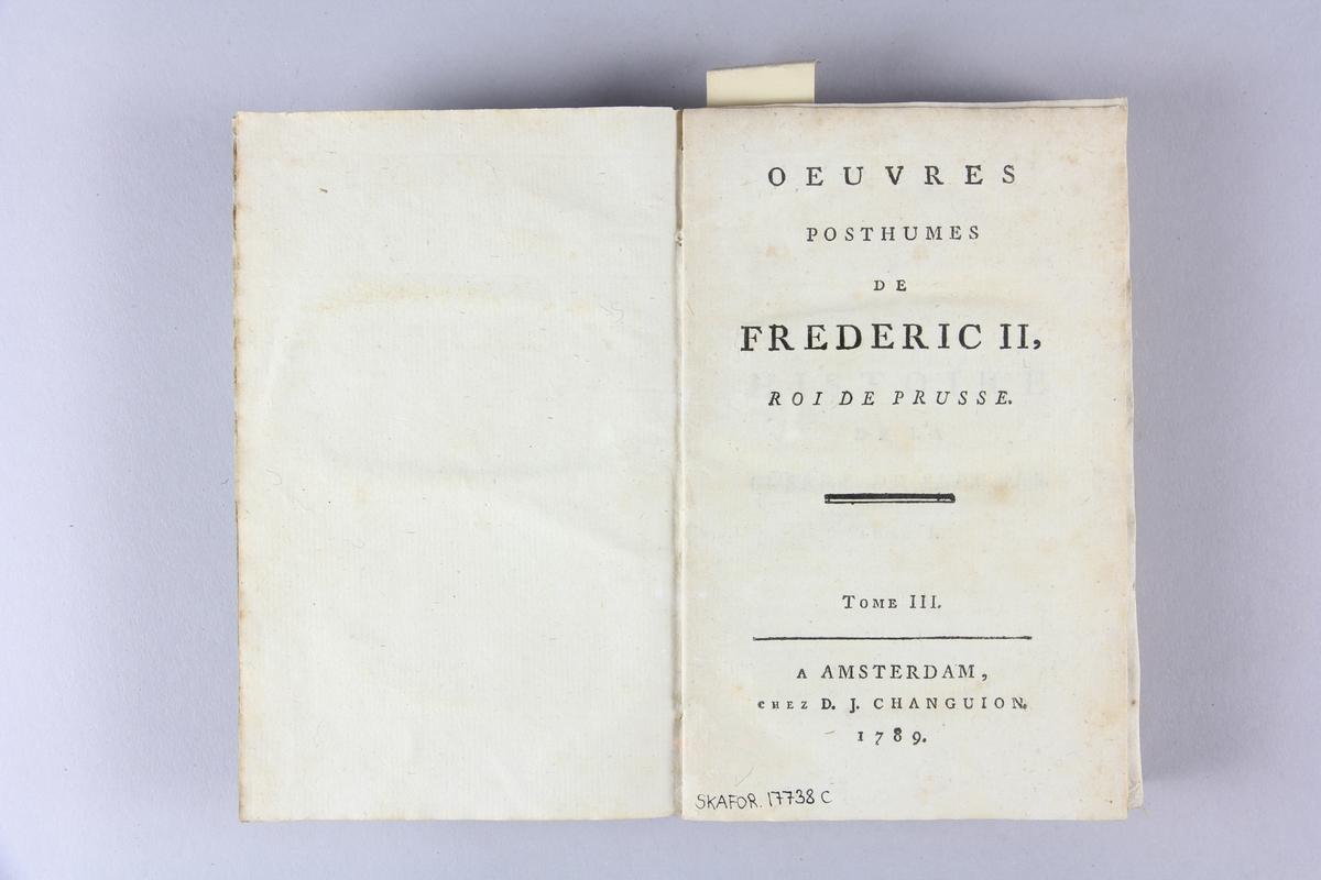 """Bok, häftad, """"Oeuvres posthumes de Frederic II, roi de Prusse"""", del 3. Pärmar av grågrön papp, skuret snitt. Samlingsnummer samt etikett med titel."""