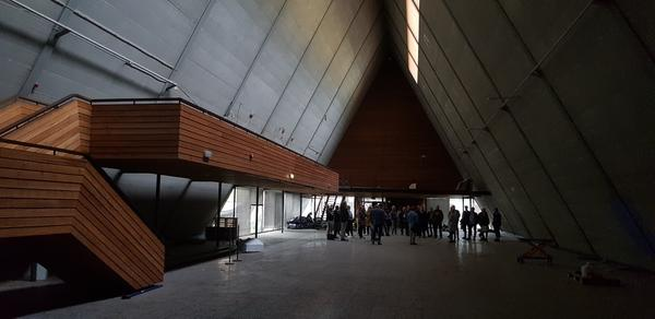 interiør i båthallen. Gruppe med mennesker inni et pyramide bygg.. Foto/Photo