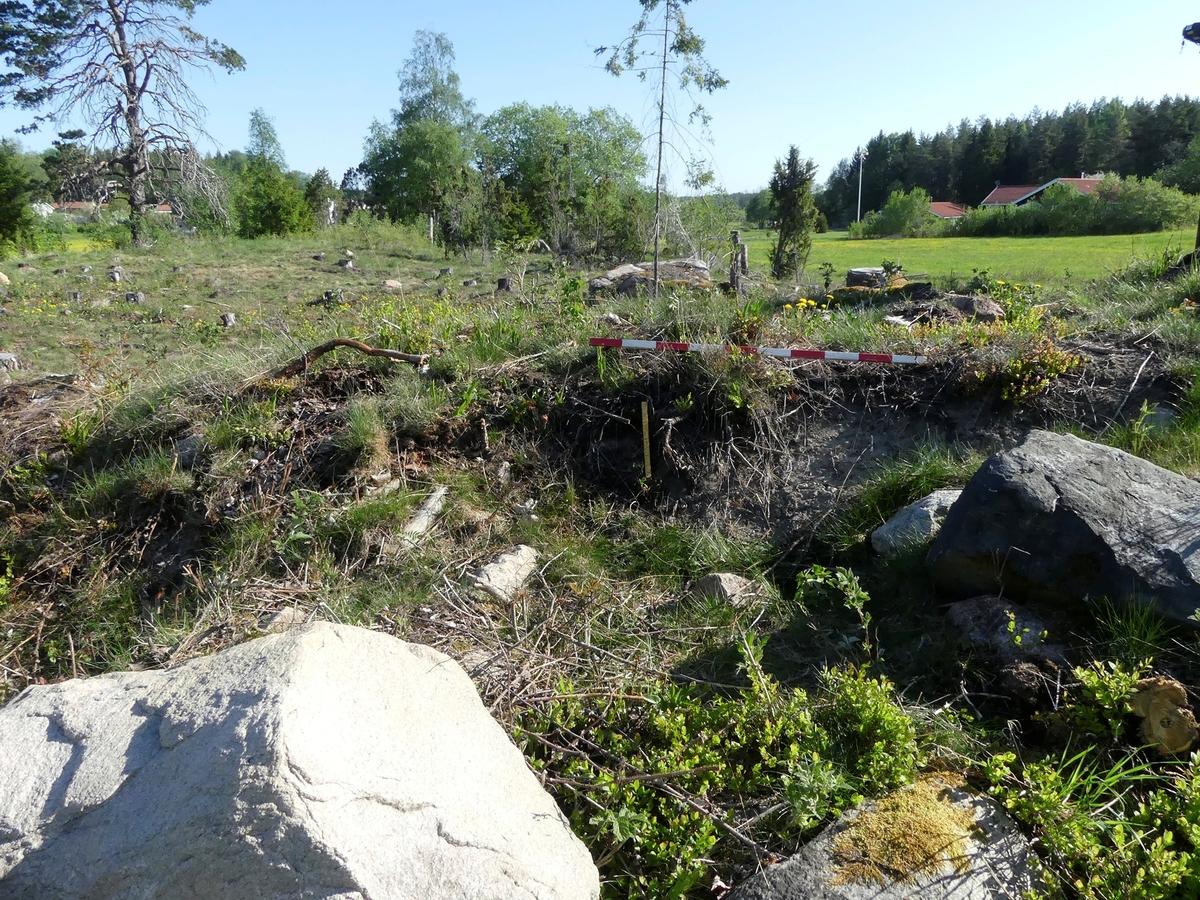 Kartering och dokumentation, A360, grav, plogspårsskada i norr, gravfält 176:1, Trevlinge, Rasbo socken, Uppland 2018