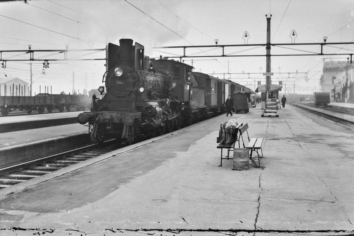 Dagtoget fra Oslo Ø til Trondheim over Røros, tog 301, på Hamar stasjon. Toget trekkes av damplokomotiv type 27a nr. 303.