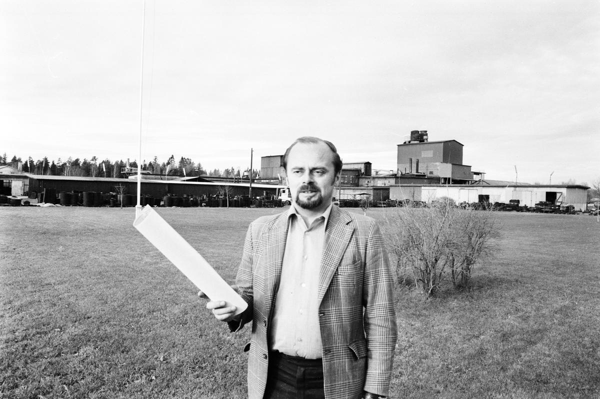 """Man med papper i handen. Bilden är sannolikt tagen i samband med reportage om """"Avloppsbrunnar i Tierp"""", Tierp, Uppland"""