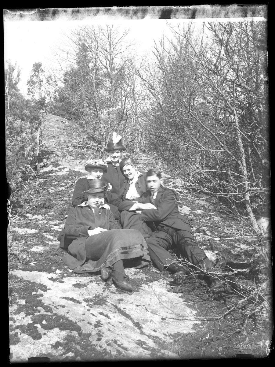 Signe, Ebba, Hugo, Tulli och Greta fotograferade sittandes på  en sten under Kristi himelsfärdsdagen.