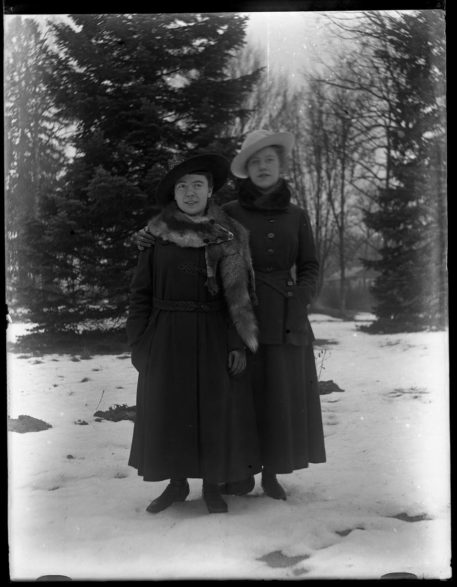Signe och Eva fotograferade i snön.