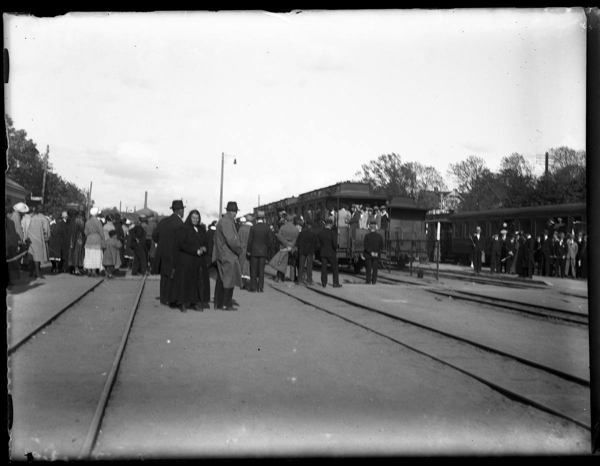 Skara järnvägsstation vid avresa efter att Alingsås Idrottsförening (AIF) deltagit i uppvisning på Skara idrottsplats.