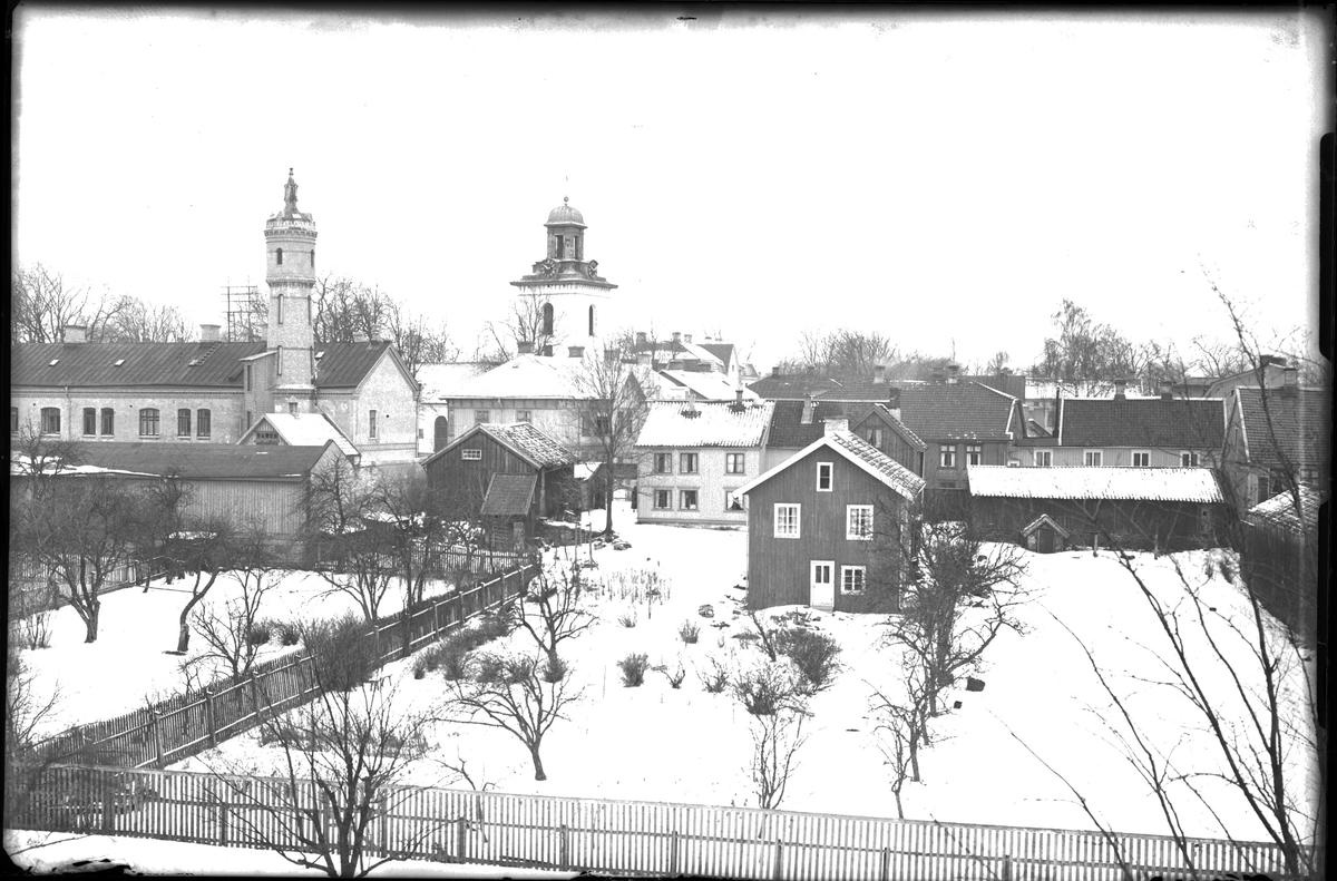 Fotografi taget från Bomullsväveriets tak med utsikt mot kyrkan och Väktaregården med dess torn.