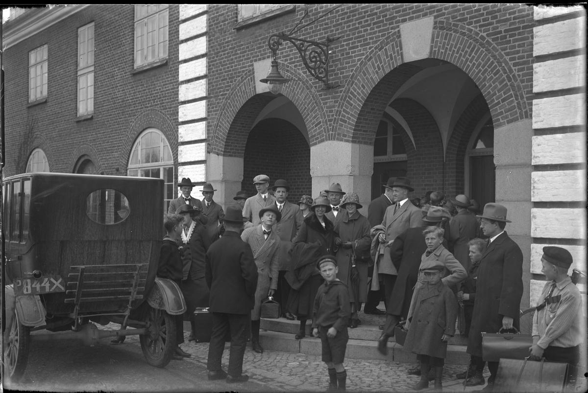 """Resenärer utanför Vestbanegården i Hjörring. I fotografens egna anteckningar står: """"Danmarksresan, V:s st i Hjörring"""""""