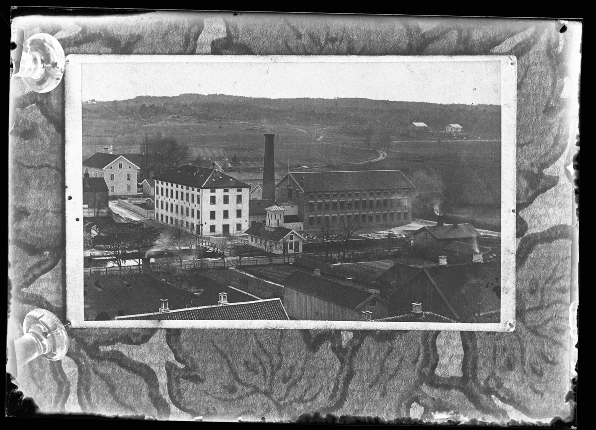 Reprofotografi av bild på Alingsås Bomullsväveris gamla fabrik. Ursprungsbilden är från 1870-talet.