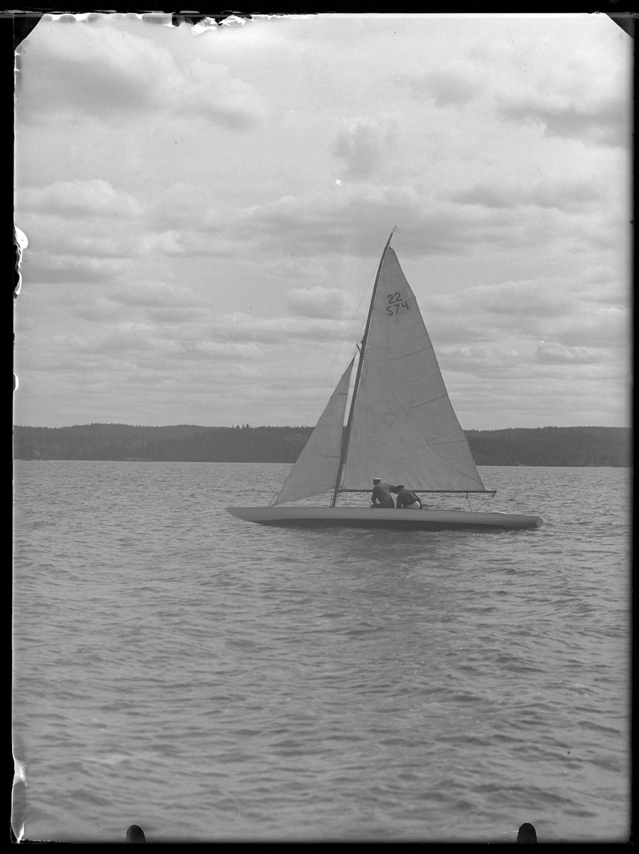 """Utlottningsbåten """"Harlekin"""" med besättning."""