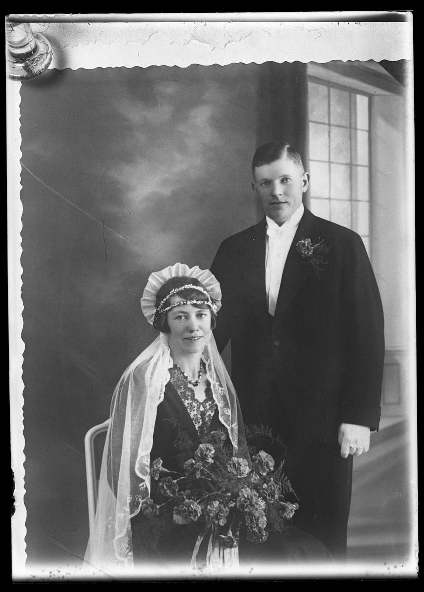 """Reprofotografi av en bröllopsbild. I fotografens egna anteckningar står det """"...rep. för O. Pettersson"""", tolkat som Olle Pettersson."""