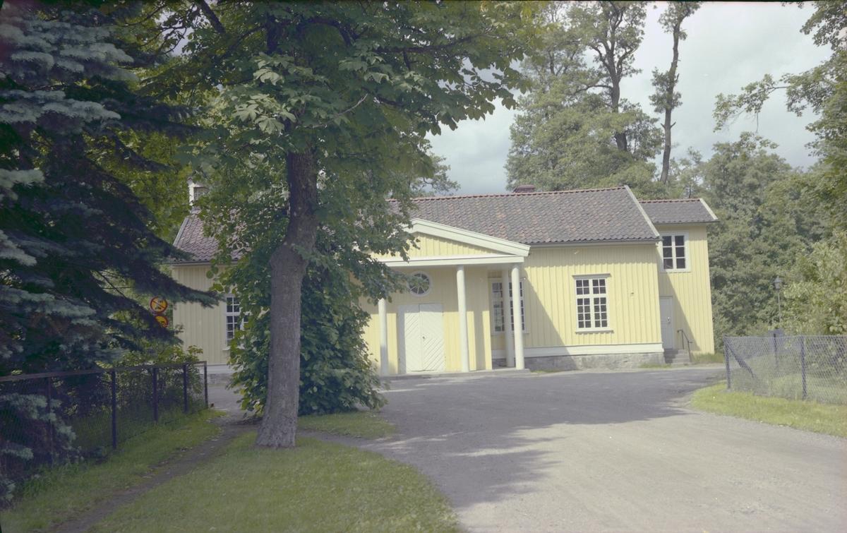 Brunnshuset, en gul byggnad i trä med stor dubbeldörr i vitt och med fyra vitmålade trä pelare som hålle uppe ett utskjutande tak, liksom en frontespis. Ovanför dubbeldörren finns ett runt fönster.  Trapphuset som syns på höger kortsida är inte original och revs i sambad med ombyggnation 1985. I samband med den ombyggnationen gjordes lokalen om till samlingslokal.   Huset har använts till flera olika verksamheter efter det att brunnsdrickningsverksamheten upphörde, idag hyrs det ut till en Montessoriförskola.