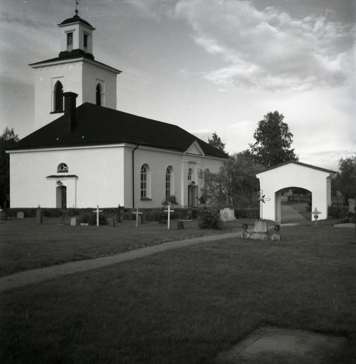 Norrbo kyrka med tillhörande kyrkogård och klocktorn.