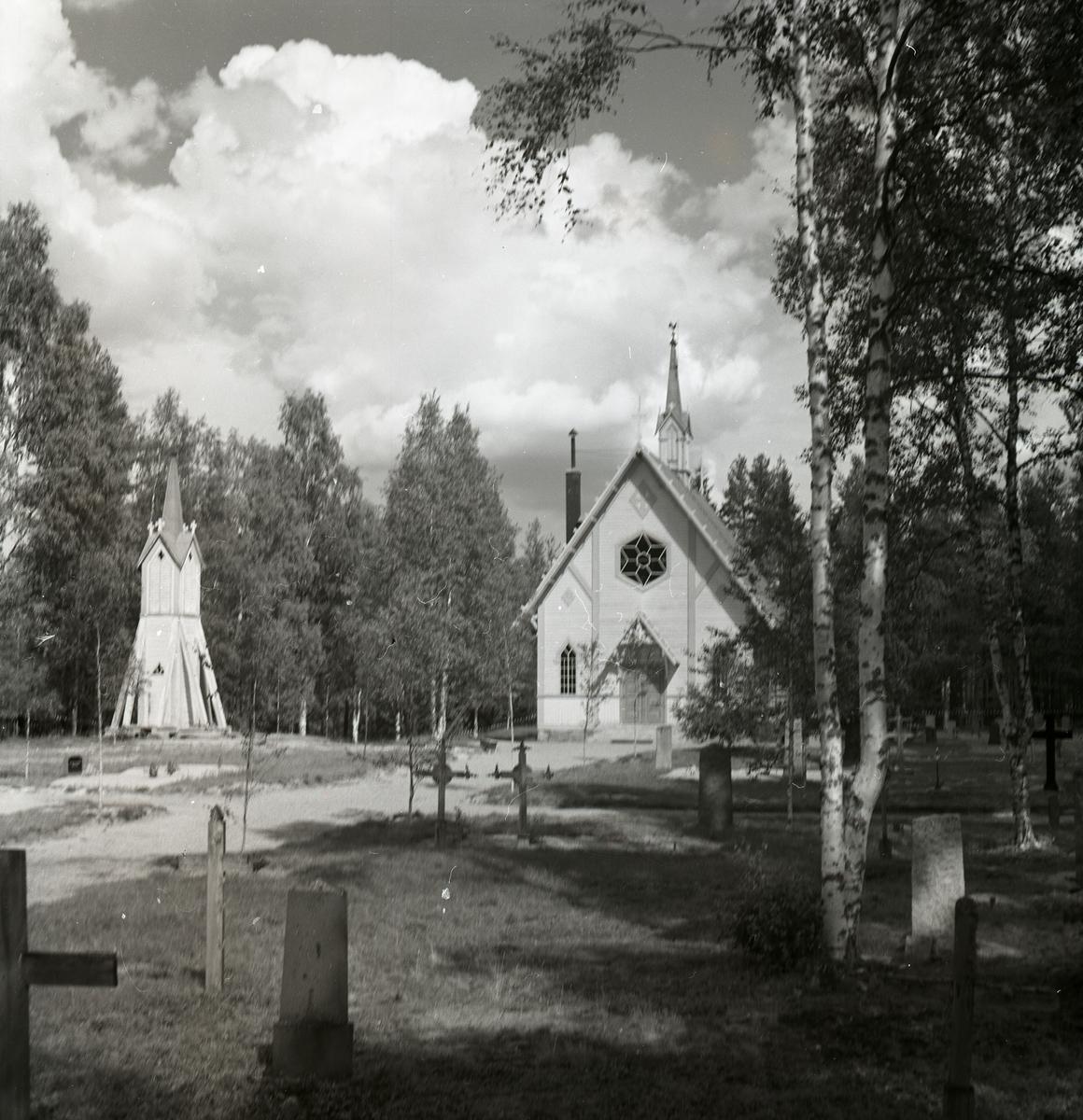 Mattsmyra kapell med tillhörande klockstapel bakom kyrkogården.