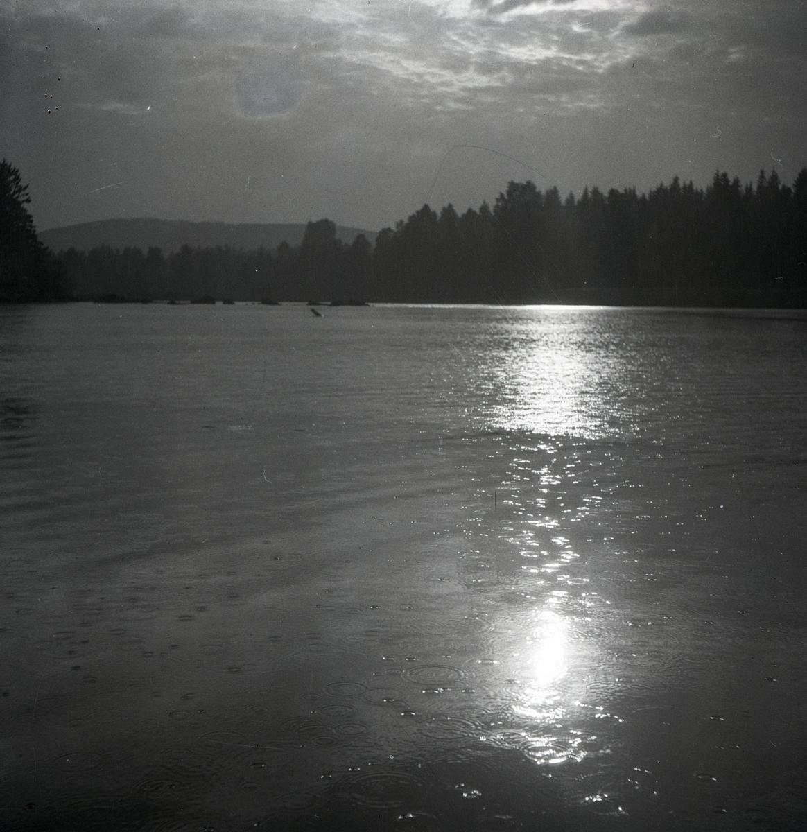 Solregn över en sjö i Arbrå,  juni 1947.