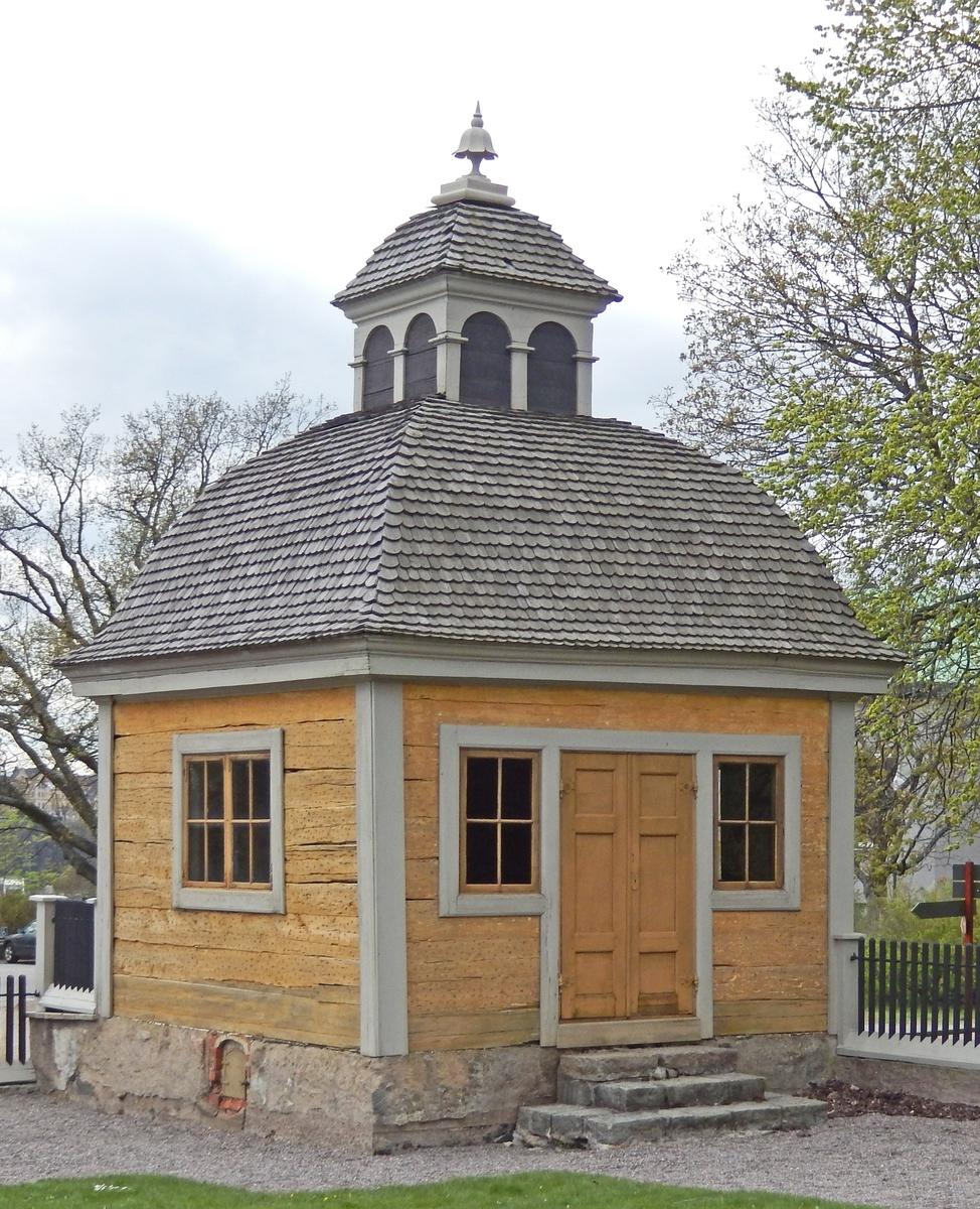 Västra paviljongen på Skogaholms herrgård är timrad i en våning med karnisformigt svängda takfall klädda med spån. Byggnaden bär spår i form av hål efter träpliggar som under 1800-talet burit en revetering.   Västra paviljongen flyttades till Skansen 1903 från Söderköping, Östergötland.