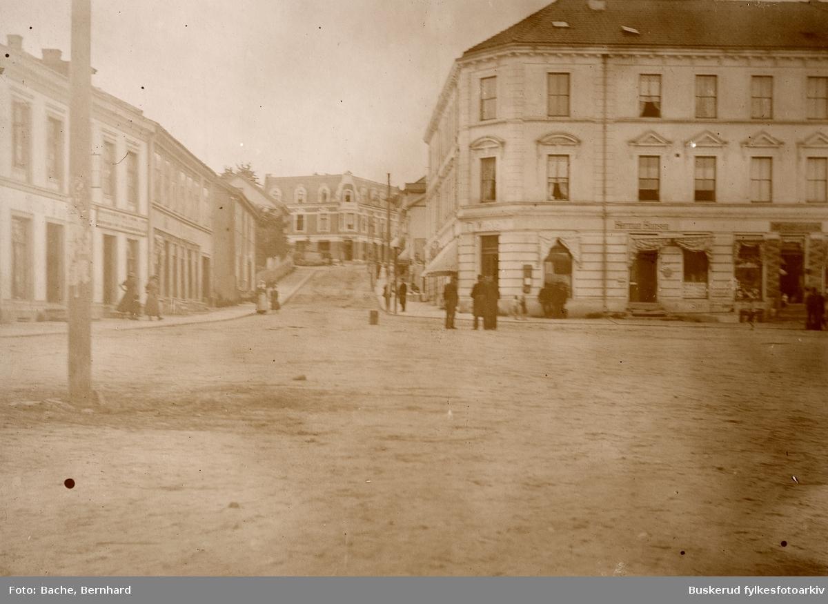Hønefoss. Søndre Torv. Wexallgården fra 1898 til høyre opp mot Stabellsgate.T.v Stabellsgate 2 som rommet Gullsmed Jørgensen, bygget brant ned i 1903 og ble senere gjenoppbygget