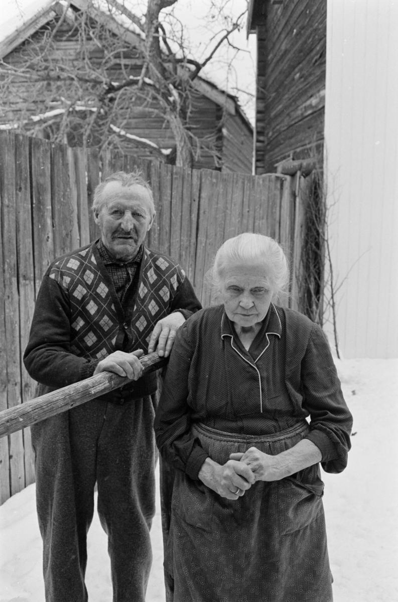 En kvinne og en mann i et gårdsrom på Røros.