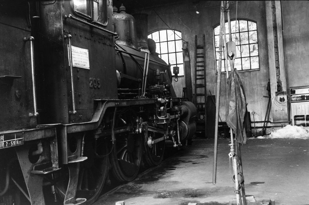 Damplokomotiv type 21a nr. 203 i lokomotivstallen på Arendal stasjon.