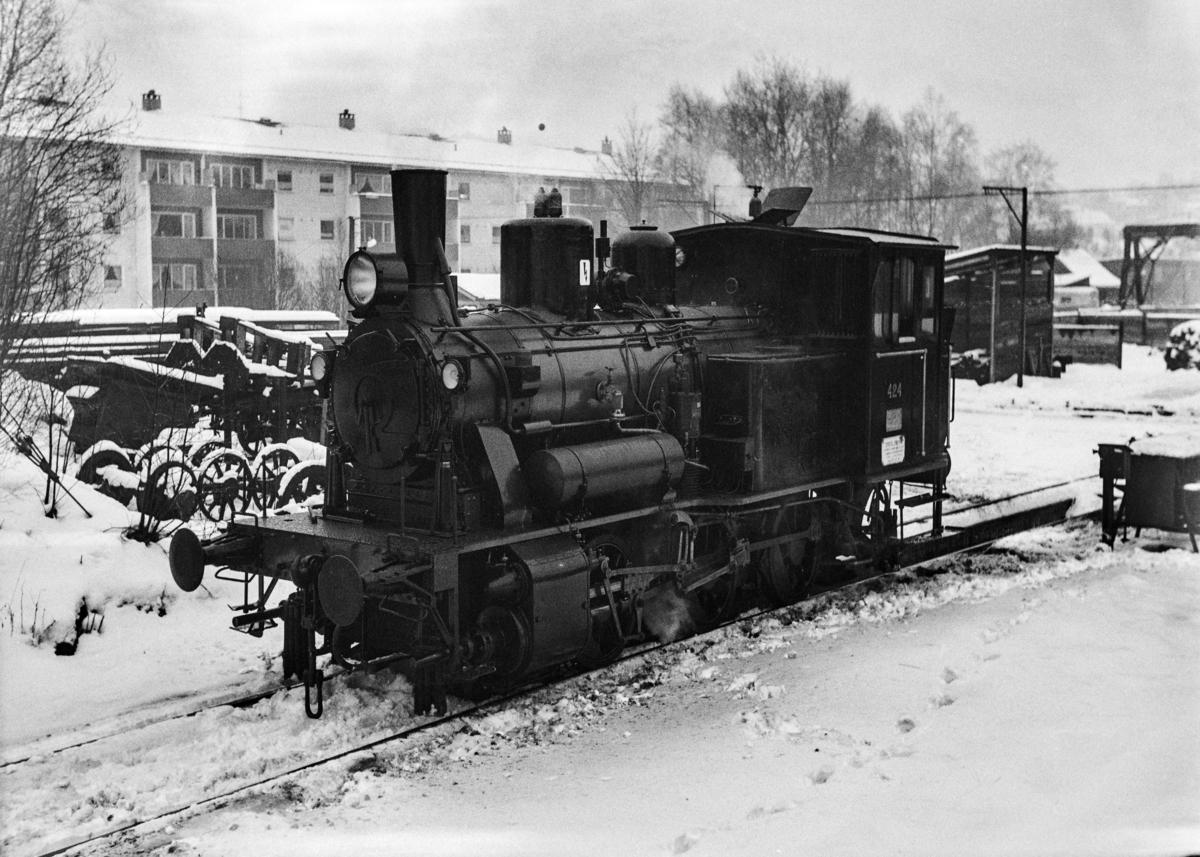 Nyrevidert damplokomotiv type 25d nr. 424 utenfor Kronstad verksted ved Bergen.