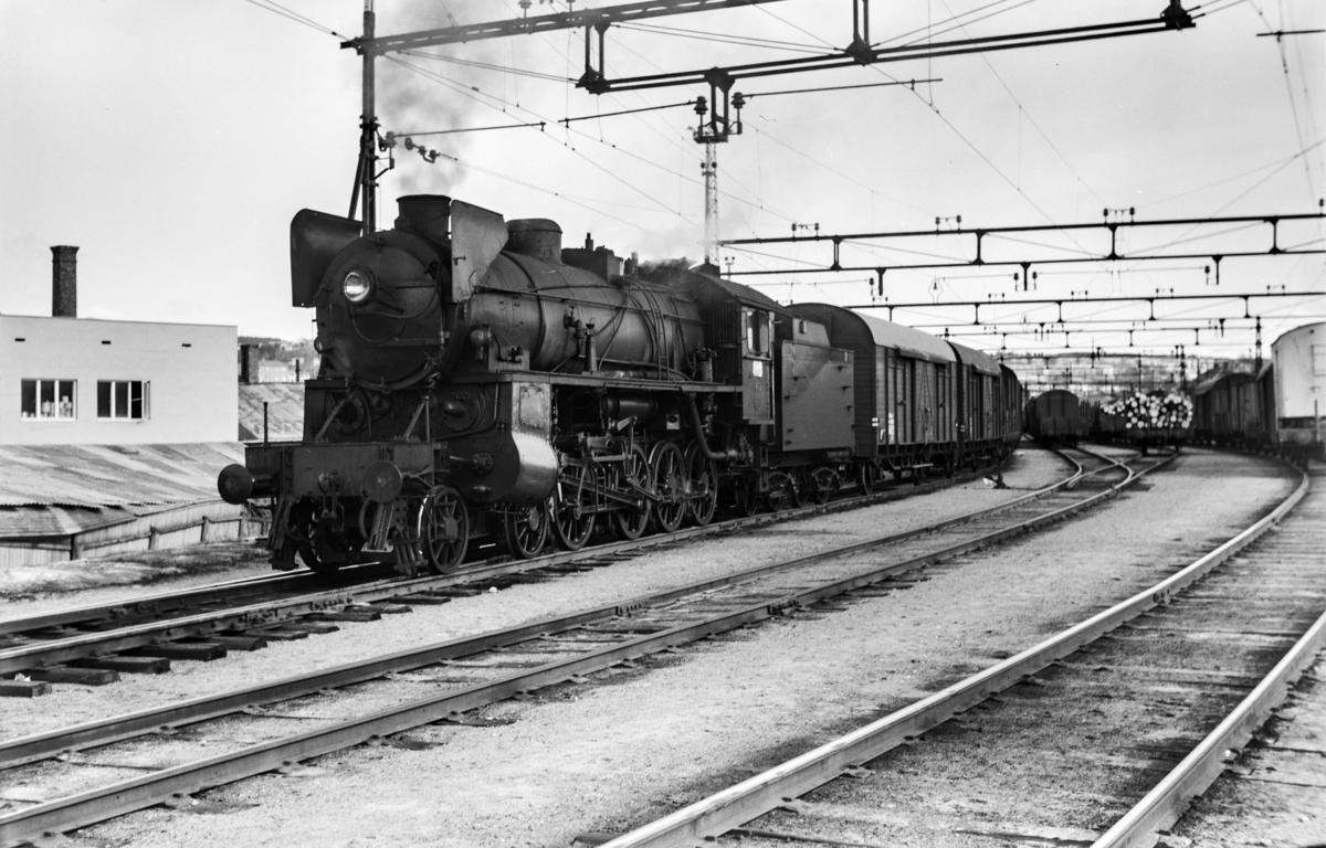 Godstog til Bergen, tog 5505B, på Alnabru stasjon. Toget trekkes av damplokomotiv type 31b nr. 418.